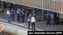 Полицейские на месте атаки на вокзале города Фленсбург.