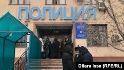 Активисты перед зданием управления полиции Каратауского района Шымкента. 6 января 2021 года.