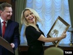 Сергій Іванов та Памела Андерсон під час зустрічі в Кремлі. Грудень 2015 року