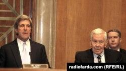 Раиси Кумитаи равобити хориҷии Сенати Амрико Ҷон Керрӣ (аз чап) ва узви кумита, сенатор Ричард Лугар.