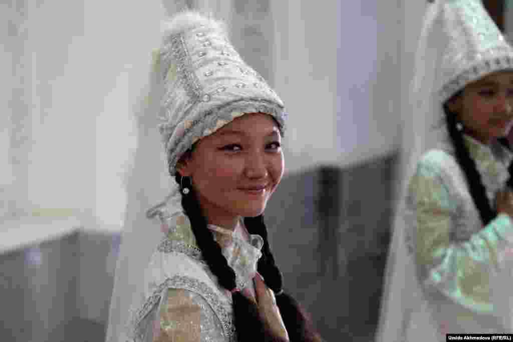 У входа в Интернациональный культурный центр, где проходил концерт, гостей встречали девочки-казашки в национальной одежде.Это ученицы школы № 295 с казахским языком обучения из Зангиота (Ташкентская область).