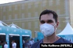 Болельщик Геннадий – один из немногих был в маске в фан-зоне