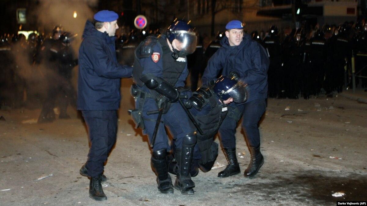 Gjykata në Beograd liron të dyshuarit e sulmit në Ambasadën e SHBA së