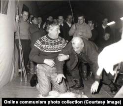 Румынские чиновники склоняются над мертвым зайцем, готовясь получить от Чаушеску удары палкой по спине. 1969 год.