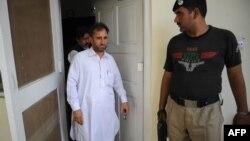 Avokati i mjekut pakistanez që e ka ndihmuar CIA ta gjej Bin Ladenin del nga gjykata ku u vendos për rigjykim të rastit të tij