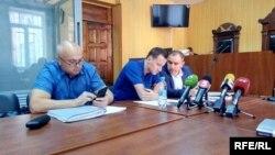 Володимир Литвин спілкується з одним із адвокатів до початку суду