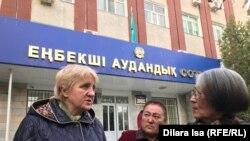 Лариса Харькова (слева), бывший председатель Конфедерации независимых профсоюзов Казахстана, закрытой по решению суда. Шымкент, 29 октября 2018 года.