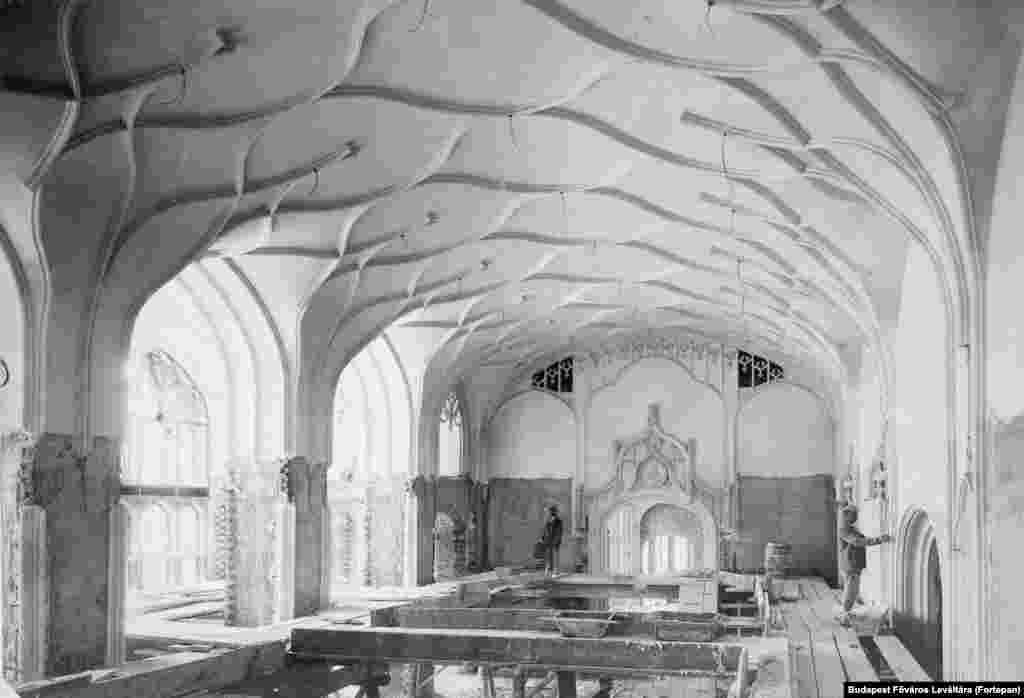 Рабочие в другом зале Минфина, 1903 год. Здание сильно пострадало во время Второй мировой войны, а затем было перестроено, но в меньшем масштабе и с более простым декором