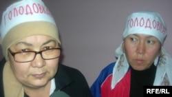 Жительницы Шымкента Баян Таскараева и Айгуль Жумабаева пополнили ряды голодающих должников по ипотеке. Алматы, 23 января 2009 года.