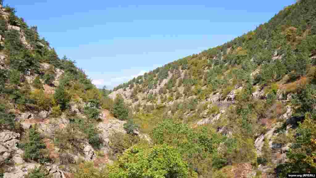 Дорога прижимается к горам на правой стороне ущелья