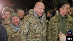 """""""Айдар"""" еріктілер батальонының командирі Сергей Мельничук (ортада) қорғаныс министрлігінен шығып келеді. Киев, 2 ақпан 2015 жыл."""
