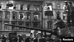 Будапешт. Фото зроблене під час Угорської революції в період між 23 жовтня і 4 листопада 1956 року. На угорському прапорі вирізаний комуністичний герб
