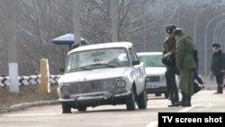 Автомобиль, за рулем которого находился Вадим Писарь, изрешечен российским миротворцем на пропускном пункте в Вадул-луй-Водэ 1 января 2012 года.