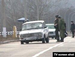 Automobilul pe care îl conducea Vasim Pisari, ciuruit de pacificatorul rus, pe podul de la Vadul lui Vodă, 1 ianuarie 2012