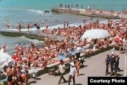 Сочинский пляж в 1960-е годы. Фото Жака Дюпакье