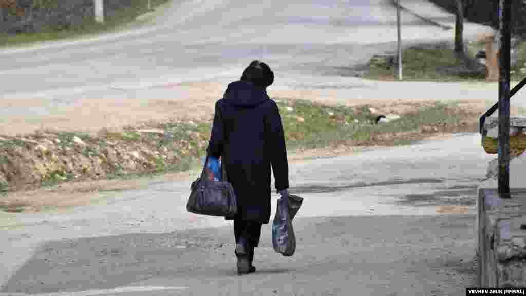 Жителька Тилового йде з магазину, де можна придбати все необхідне