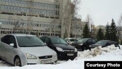 Лобачевский исемендәге китапханә каршына куелган машиналар