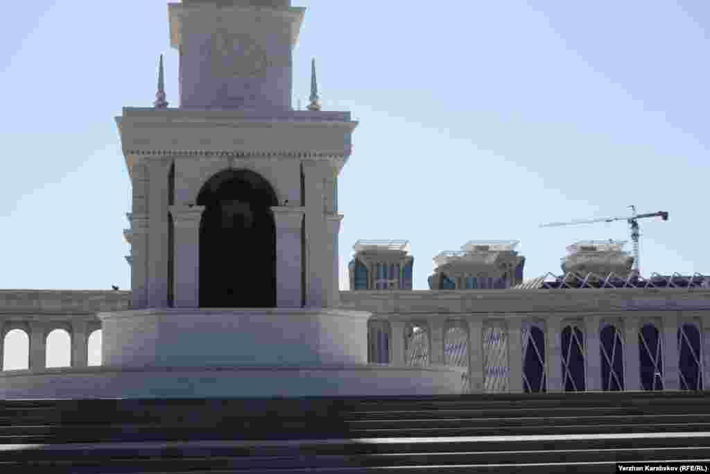 Композиция монумента «Казах ели» в центре города Астаны. 4 июня 2015 года.