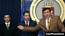 Президент Михаил Саакашвили назначил Давида Кезерашвили (первый слева) министром обороны в 2006 году. До этого он возглавлял финансовую полицию