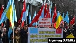 Ankara Rusiye elçihanesiniñ binası yanında Qırım işğaline qarşı piket, 2015 senesi fevral ayı