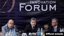 Премьер-министр Армении Тигран Саргсян (в центре) в время бизнес-форума в Дилижане, 29 ноября 2013 г.