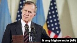 قویترین خاطره جمعی مردم خاورمیانه از دوران جرج بوش پدر احتمالا به حمله ائتلاف به رهبری آمریکا به عراق بر میگردد که در پی حمله صدام حسین به کویت صورت گرفت.