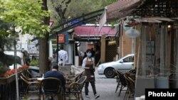 Երևանյան սրճարաններից մեկը, 4-ը մայիսի, 2020թ.