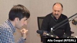 Mircea V. Ciobanu și Iulian Ciocan (stg.), în studioul Radio Europa Liberă la Chișinău