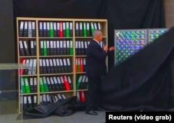 بنیامین نتانیاهو در حال نشان دادن آنچه اسناد هستهای ایران عنوان کرده که از سوی دستگاه اطلاعاتی اسرائیل ربوده شده است.