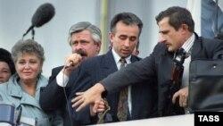 Александр Руцкой (второй слева) у стен Белого дома. 3 октября 1993 года