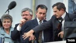 Александр Руцкой (сол жақтан екінші) оқиға кезінде сөйлеп тұр. Мәскеу, 3 қазан 1993 жыл.