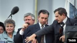 Wise-prezident Alekandr Rutskoý Orsýetiň Ak tamyny goraýjylara ýüzlenýär, 3-nji oktýabr, 1993.