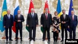 Солдан оңға: Қазақстан, Ресей, Беларусь, Украина президенттері және ЕО өкілі Кэтрин Эштон. Минск, 26 тамыз 2014 жыл.