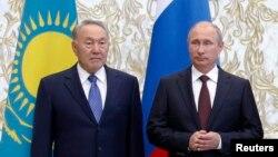 Президент Казахстана Нурсултан Назарбаев (слева) и президент России Владимир Путин. Минск, 26 августа 2014 года.
