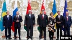 Слева направо: президенты Казахстана, России, Беларуси, Украины, верховный представитель Евросоюза по внешней политике Кэтрин Эштон (третья справа). Минск, 26 августа 2014 года.