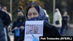 Митингіде саяси тұтқын Арон Атабекті босатуды талап етіп тұрған әйел. Алматы, 31 қазан, 2020