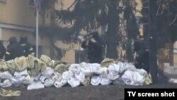 Pripadnici specijalnih jedinica pucaju na demonstrante u Kijevu