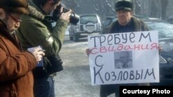 """Активист незарегистрированной оппозиционной партии """"Алга"""" Турсунгали Идрисов проводит одиночный пикет у здания ДКНБ. Алматы, 17 февраля 2012 года."""