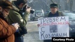 Алматыдағы ҰҚК департаменті алдында пикет өткзіп тұрған Тұрсынғали Ыдырысов. Алматы, 17 ақпан 2012 жыл.