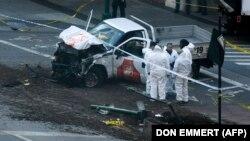 Следователи на месте инцидента с наездом грузовика на граждан в Нижнем Манхэттене. Нью-Йорк, 31 октября 2017 года.