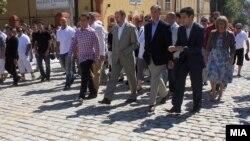 """Премиерот Никола Груевски вчера присуствуваше на пуштањето во употреба на реконструираната улица """"Самоилова"""" пред влезот на тврдината Кале."""