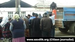 Узбекистанцы стоят в очереди за покупкой заговых баллонов.