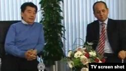 Саяси эмигранттар Әкежан Қажыгелдин (сол жақта) мен Мұхтар Әблязов «К-плюс» телеарнасына интервью беріп отыр. Лондон, 13 наурыз 2010 жыл. (Көрнекі сурет)
