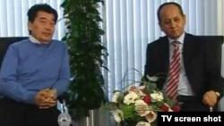 Әкежан Қажыгелдин (сол жақта) мен Мұхтар Әблязов К+ телеарнасына сұхбат беріп отыр. Лондон, 13 наурыз 2010 жыл