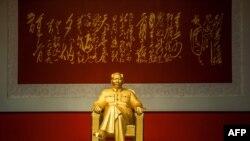 مجسمه طلایی مائو در جنوب چین