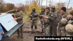 Інструктор пояснює військовим, як уникати ворожих засідок
