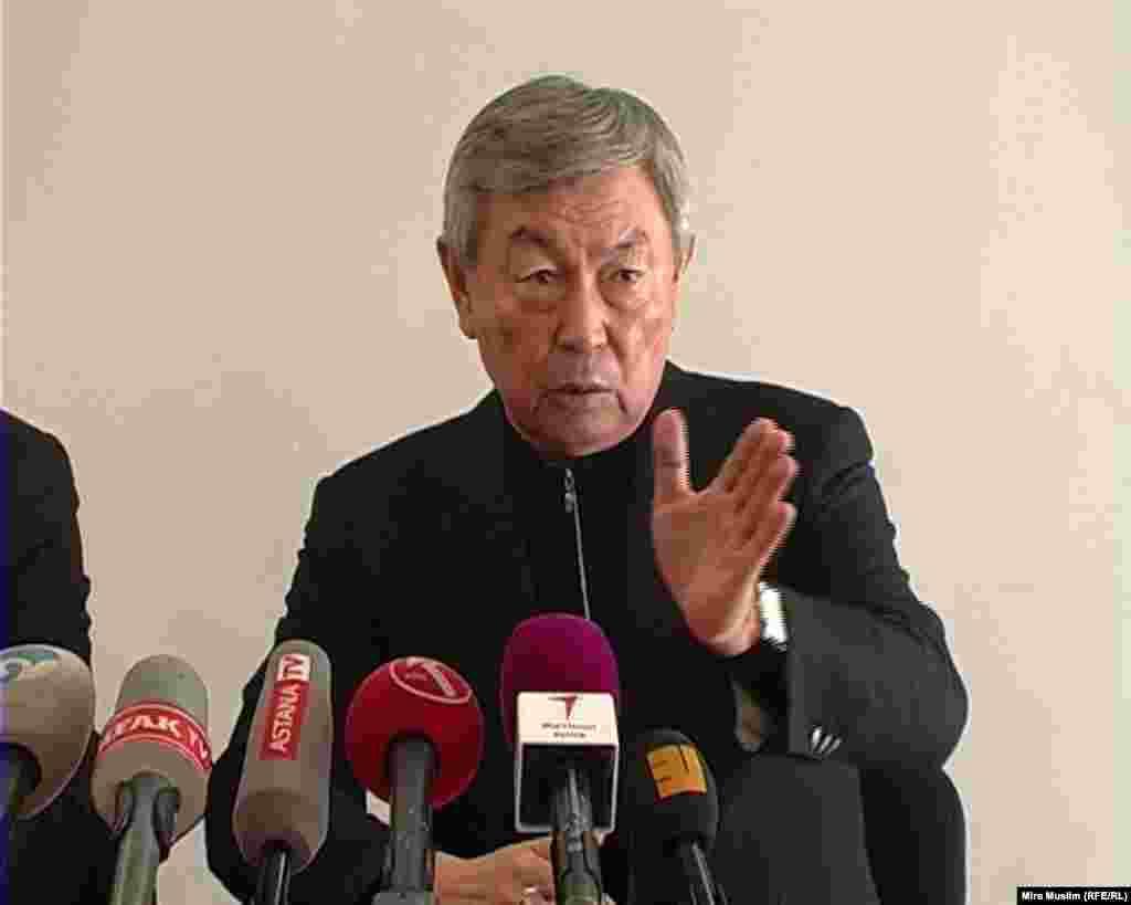 По словам председателя КНБ Нуртая Абыкаева, катастрофа могла произойти из-за плохих метеоусловий (в Шымкенте был сильный ветер и снегопад), технических неполадок и человеческого фактора. Шымкент, 26 декабря 2012 года.
