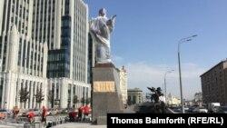 Памятник конструктору оружия Михаилу Калашникову незадолго до открытия монумента. Москва, 18 сентября 2017 года.