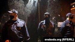 Сілавікі ахоўваюць зафарбаванае графіці«дыджэяў пераменаў» на вуліцы Чарвякова ў Менску