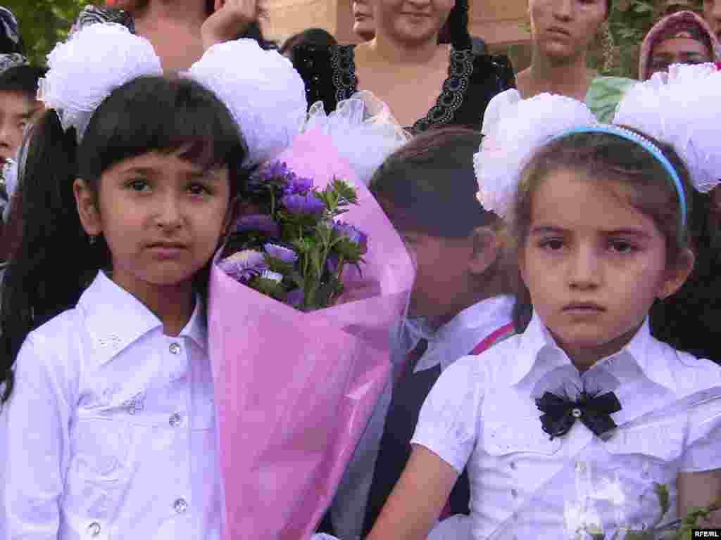 Ряд депутатов предлагают закрыть таджикские школы в КР.